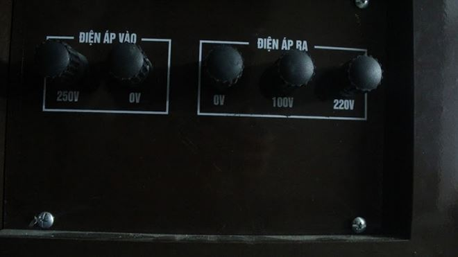 Mặt sau của chiếc ổn áp standa với các thông số kỹ thuật: Điện áp vào; điện áp ra